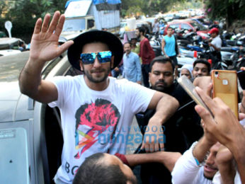 Ranveer Singh snapped greeting his fans