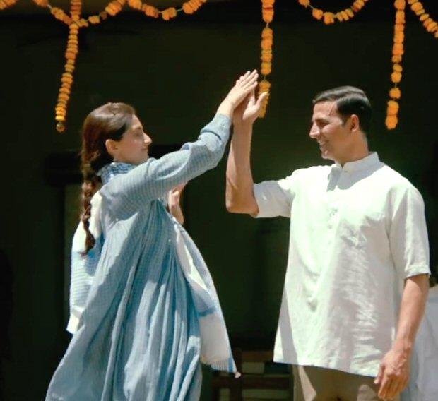 Sonam Kapoor channels elegance and simplicity as Rhea Kapoor in Padman (3)