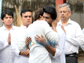 Celebs pay their final respect to Nikhil Dwivedi's father