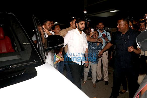 Farhan Akhtar and his mother, Saroj Khan, Ritesh Sidhwani and Farah Khan snapped at Anil Kapoor's house6 (3)