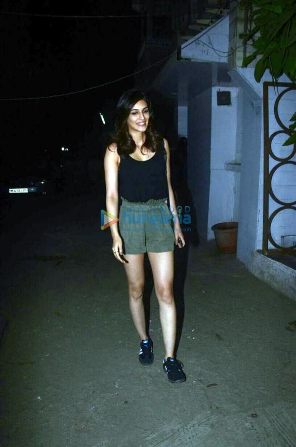 Kriti Sanon snapped at Kromakay salon (2)