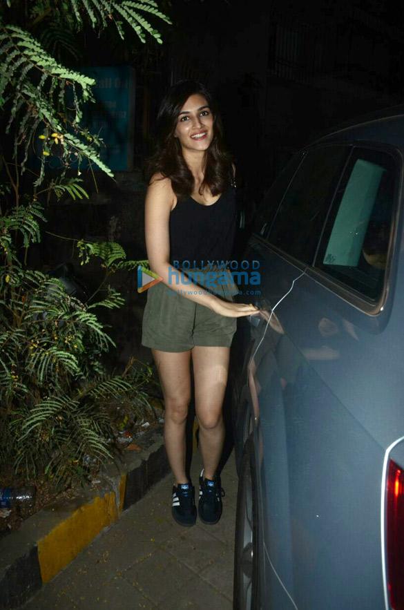 Kriti Sanon snapped at Kromakay salon (5)