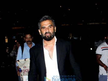 Kriti Saonon and Suniel Shetty snapped at the airport last night
