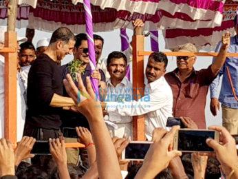 Akshay Kumar snapped participating in the water harvesting drive in Satara
