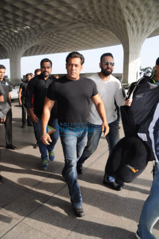 Salman Khan, Ramesh Tauraani, Jacqueline Fernandez snapped leaving for Daa Daabang tour in Delhi