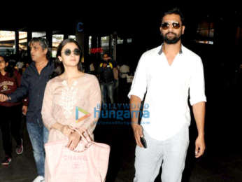 Kareena Kapoor Khan, Saif Ali Khan, Karisma Kapoor and others snapped at the airport