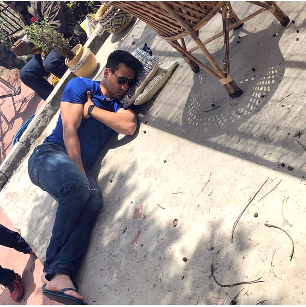 WHAT Tiger Shroff caught sleeping on FLOOR on the sets of Student Of The Year 2