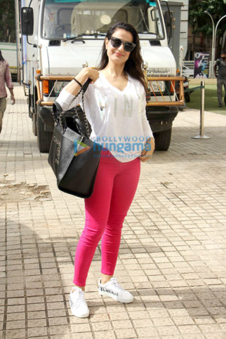 Ameesha Patel snapped with Sunny Singh Nijjar at PVR Juhu (2)