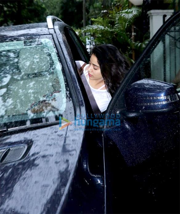 Janhvi Kapoor spotted at Arjun Kapoor's house (3)
