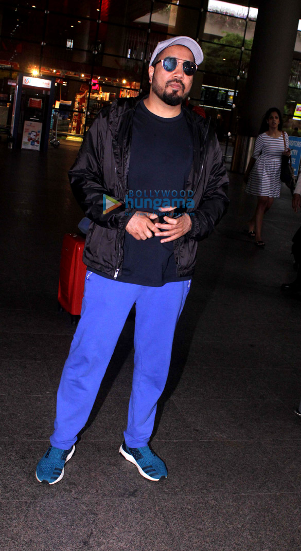 Mika Singh snapped at the airport (1)