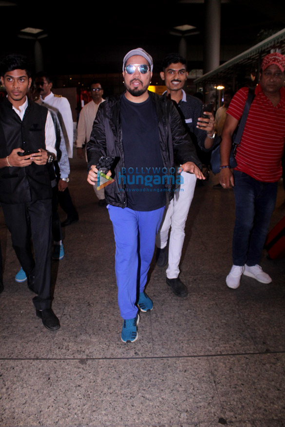 Mika Singh snapped at the airport (5)