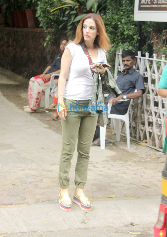 Sussanne Khan spotted at Mac Queens in Bandra (1)