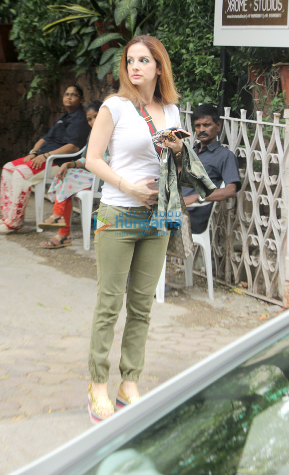Sussanne Khan spotted at Mac Queens in Bandra (4)