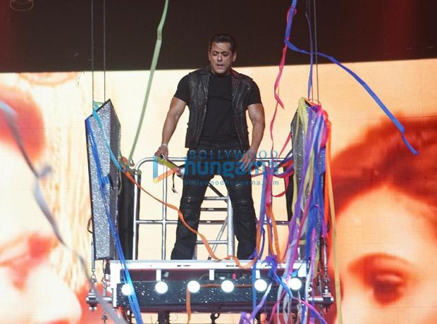 WATCH Salman Khan and Katrina Kaif enthrall with a 'Mashallah' performance at Da-Bangg Tour in Atlanta