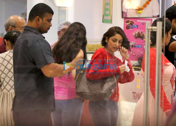 Yami Gautam spotted with her sister at a store in Juhu (5)