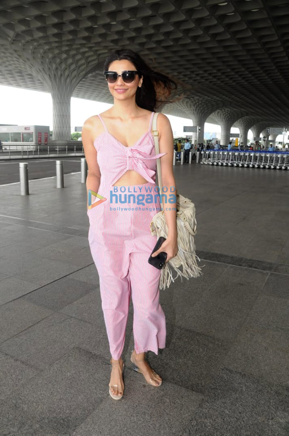 Daisy Shah and Parineeti Chopra snapped at the airport (1)