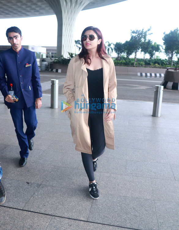 Daisy Shah and Parineeti Chopra snapped at the airport (2)