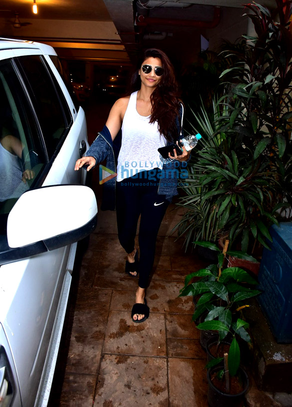 Daisy Shah snapped after gym in Bandra (2)