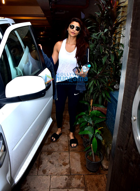 Daisy Shah snapped after gym in Bandra (3)