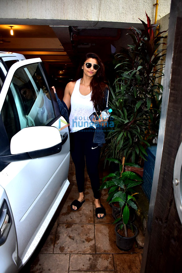Daisy Shah snapped after gym in Bandra (4)