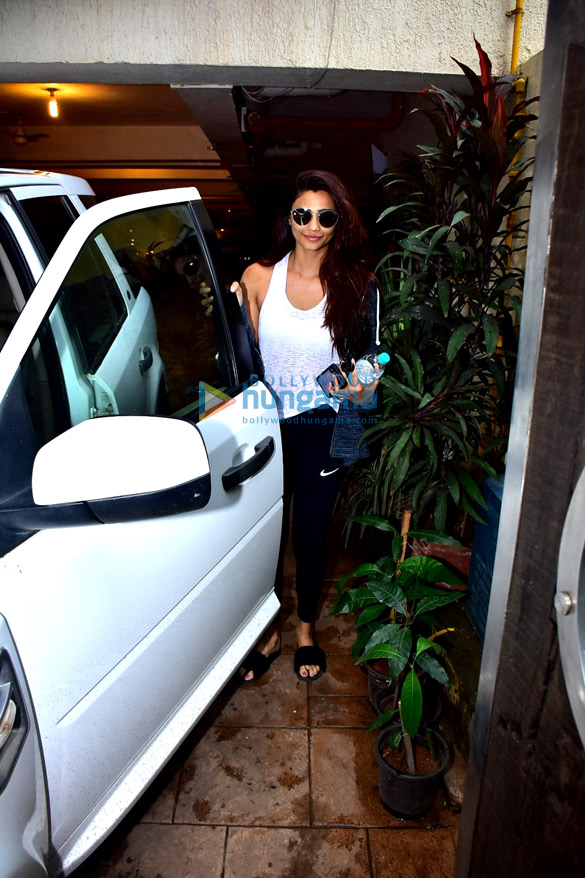 Daisy Shah snapped after gym in Bandra (6)
