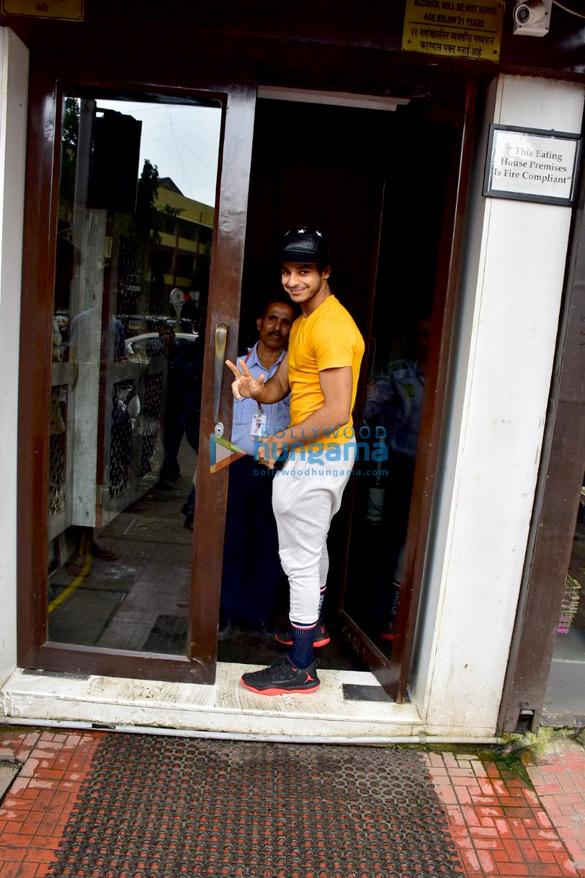 Ishaan Khatter, Khushi Kapoor and Janhvi Kapoor snapped at Bastian in Bandra (6)