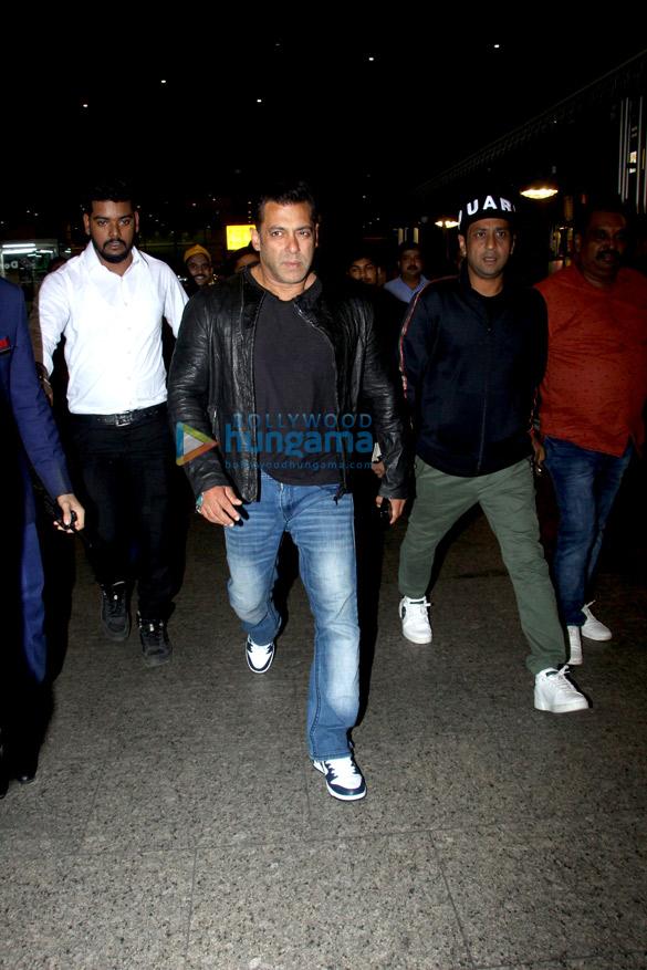Salman Khan, Anushka Sharma, Varun Dhawan, Shraddha Kapoor and others snapped at the airport last night (2)