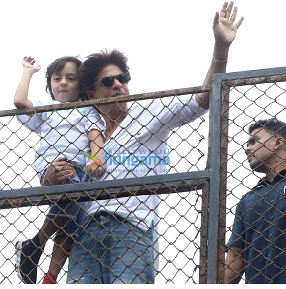 Shah Rukh Khan snapped outside Mannat wishing fans for Eid