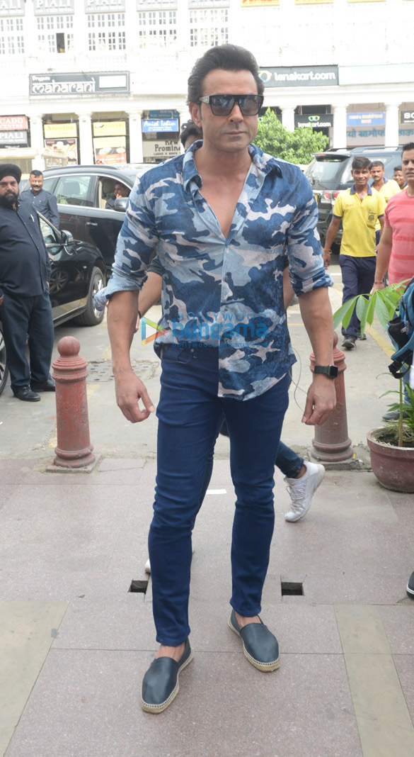 Sunny Deol and the rest of the cast of Yamla Pagla Deewana Phir Se promote their film in Delhi (3)