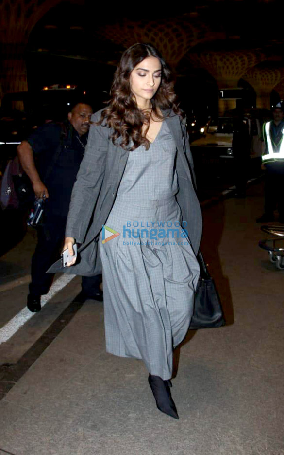 Abhishek Bachchan, Taapsee Pannu and others snapped at the airport (001)