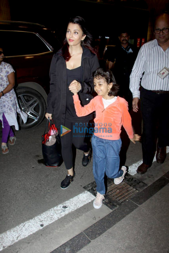 Abhishek Bachchan, Taapsee Pannu and others snapped at the airport (003)