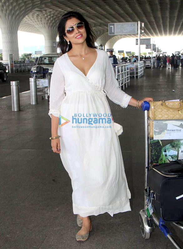 Abhishek Bachchan, Taapsee Pannu and others snapped at the airport1 (3)