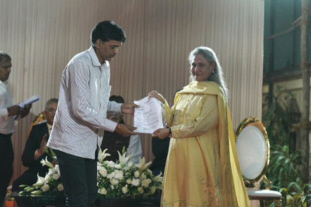 Amitabh Bachchan and Jaya Bachchan donate to and meet farmers and army martyrs families in Mumbai