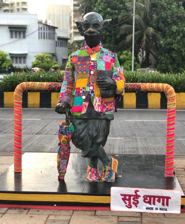 Sui Dhaaga duo Anushka Sharma and Varun Dhawan yarn bomb iconic Mumbai hotspots-