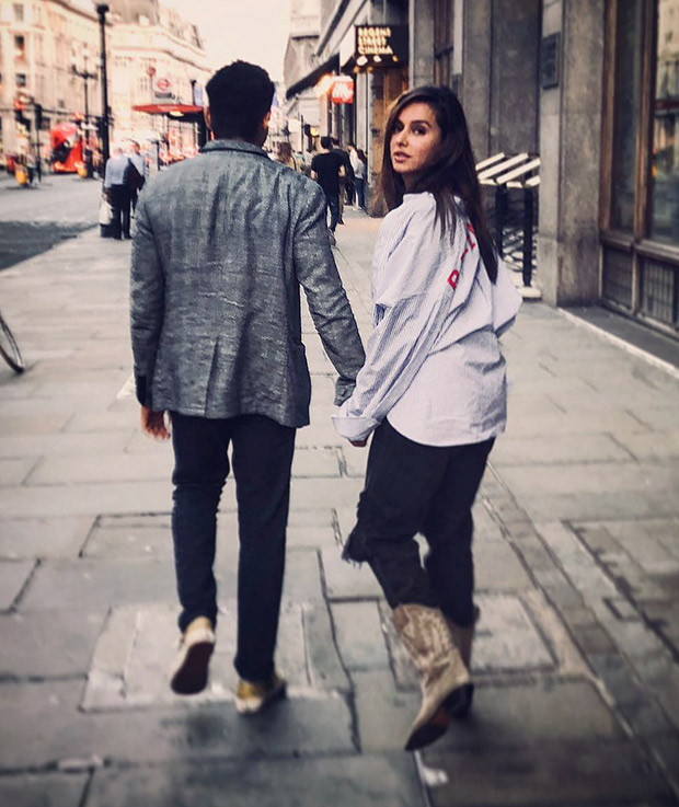 Farhan Akhtar makes his relationship with Shibani Dandekar OFFICIAL (see picture)
