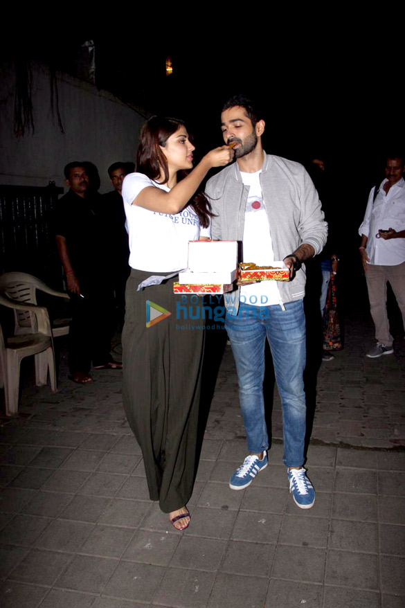 Varun Mitra and Rhea Chakraborty spotted at Vishesh Flims' office promoting their film Jalebi (2)