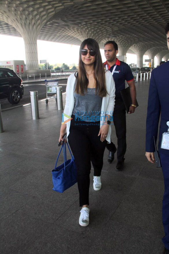 Ranveer Singh, Deepika Padukone, Parineeti Chopra and others snapped at the airport (1)