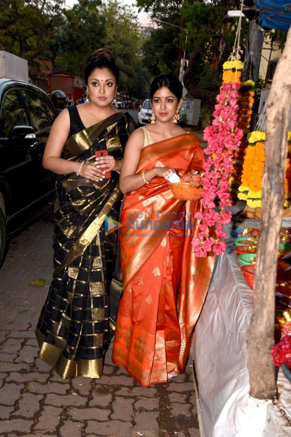 Tanushree Dutta and Ishita Dutta snapped at Kali Mata mandir (6)