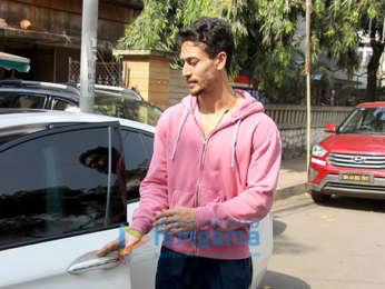 Tiger Shroff snapped in Bandra (4)