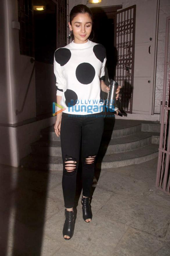 Alia Bhatt spotted at a recording studio in Bandra (1)