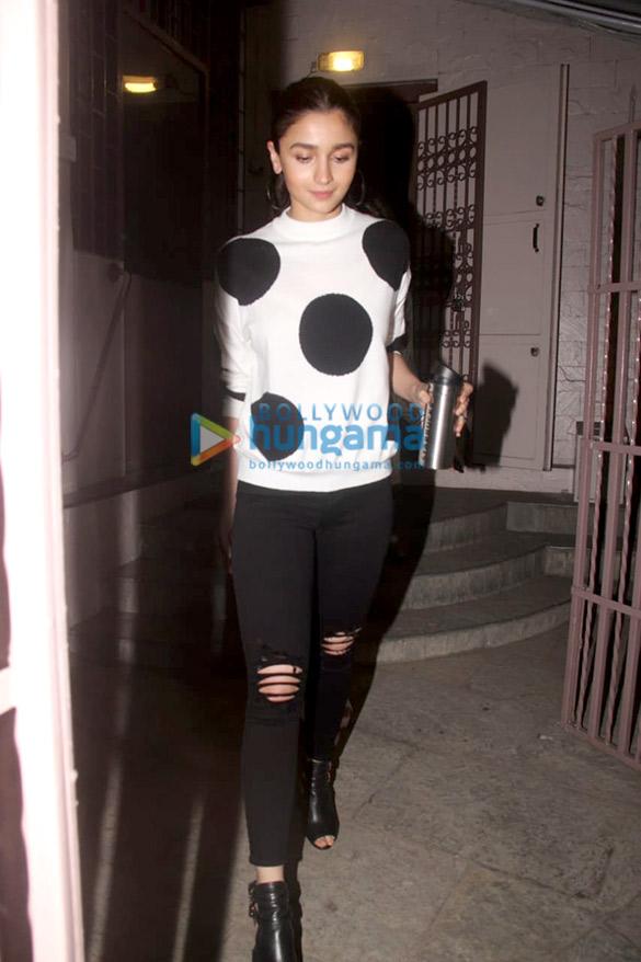 Alia Bhatt spotted at a recording studio in Bandra (3)