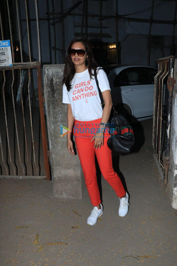 Esha Gupta spotted at a salon in Juhu (2)