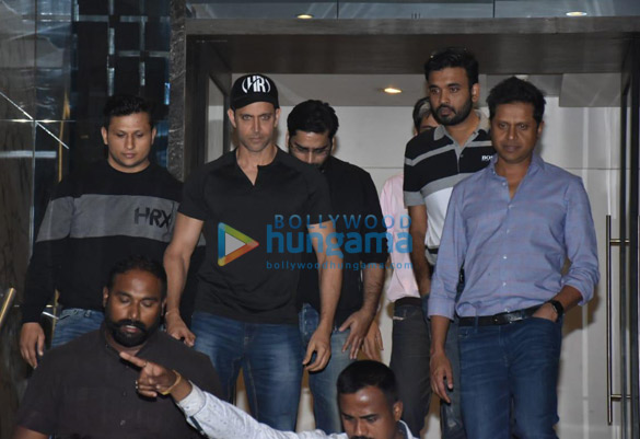 Hrithik Roshan spotted at gym in Juhu (6)