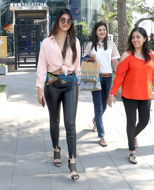Kajol, Nysa Devgn and Pooja Hegde spotted at Yauatcha in BKC (1)