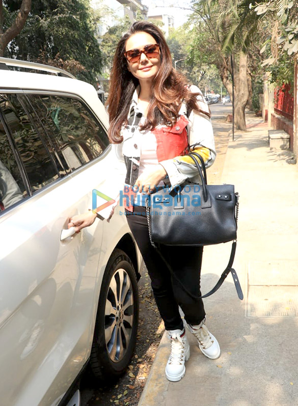 Preity Zinta spotted at BBlunt salon in Bandra-11 (3)