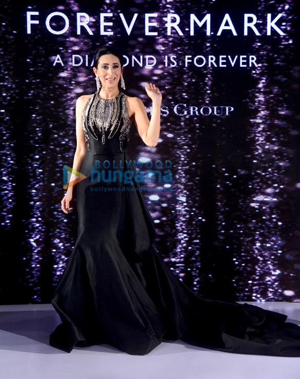 Karisma Kapoor walks the ramp for Forevermark (3)