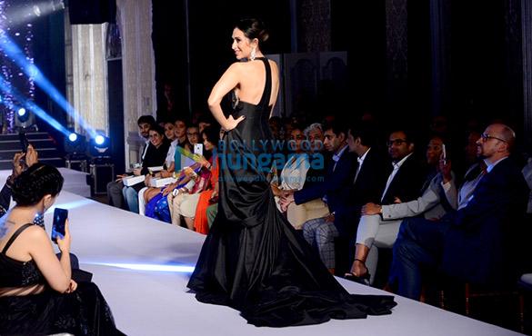 Karisma Kapoor walks the ramp for Forevermark (4)