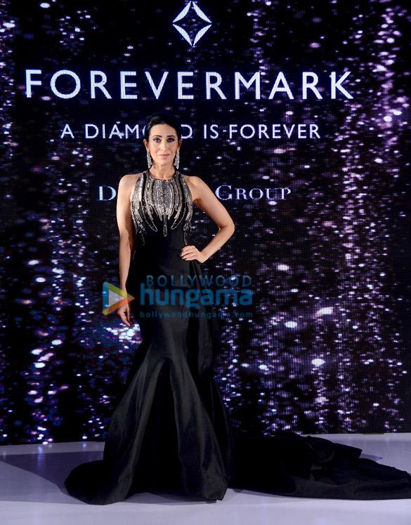 Karisma Kapoor walks the ramp for Forevermark (5)