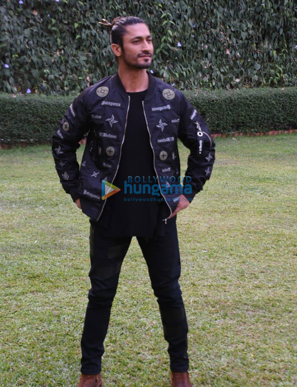 Vidyut Jammwal and Hollywood Director Chuck Russell snapped at Raheja Classique Club, Andheri West while promoting Junglee (1)