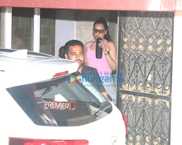 Sara Ali Khan and Sonakshi Sinha spotted at the gym (2)